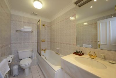 En suite with bathtub / shower